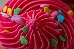 O queque cor-de-rosa com polvilha imagens de stock royalty free