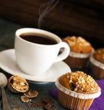 O queque endurece na bandeja de prata com xícara de café Fotos de Stock
