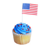 O queque patriótico com bandeira americana e as estrelas azuis do creme e as vermelhas polvilha na parte superior, isolada no fund Imagens de Stock