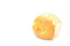 O queque saboroso endurece no backgrond branco fotos de stock