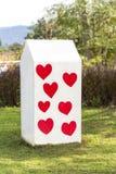 O quilômetro branco da coluna com vermelho coração-deu forma no parque Foto de Stock Royalty Free