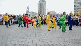 O quimono caçoa, karaté durante a exposição 2014 dos esportes, Kiev, Ucrânia, video estoque