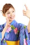 O QUIMONO vestindo da mulher japonesa, toma uma imagem dsi mesma Imagem de Stock