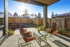 O quintal cobriu o projeto do pátio com as cadeiras de vime da parte traseira da elevação Fotos de Stock