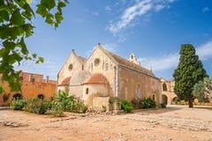 O quintal de Arkadi Monastery foto de stock