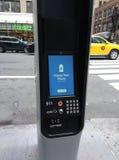 O quiosque de LinkNYC, uma rede de comunicações nova, carrega seu telefone, New York City, EUA Foto de Stock Royalty Free