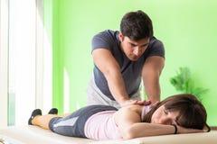 O quiroprático novo do doutor que faz massagens o paciente fotografia de stock royalty free