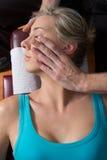 O quiroprático que ajusta o pescoço muscles o paciente novo Fotografia de Stock