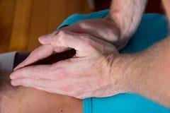 O quiroprático demonstra a pressão na rotação e na parte traseira Foto de Stock Royalty Free