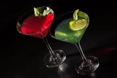 O quivi e a cereja jelly com partes do cal nos vidros cobertos minuto Imagem de Stock
