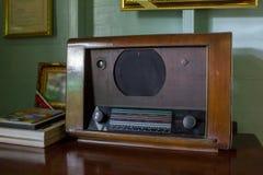 O rádio antiquado com peças de madeira está na tabela fotos de stock royalty free
