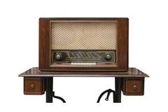 O rádio de madeira clássico na tabela feita da máquina de sawing Fotografia de Stock