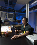 O rádio DJ anuncia a notícia em um estúdio Imagens de Stock