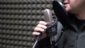 O rádio DJ do homem fala no close-up do microfone video estoque