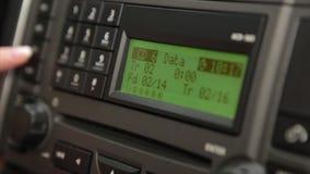 O rádio está em um carro vídeos de arquivo