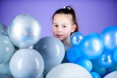 o r Беспечальное детство Все те воздушные шары для меня Эмоции счастья положительные Преследованный с стоковое фото