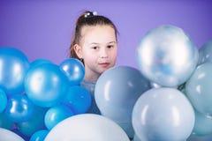 o r Беспечальное детство Все те воздушные шары для меня Эмоции счастья положительные Преследованный с стоковые изображения rf