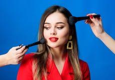o r Забота салона красоты лицевая Милая женщина прикладывая щетку макияжа Идеальный тон кожи Оглушать стоковые изображения rf