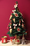 O Raffia decorou a árvore de Natal pequena imagens de stock royalty free