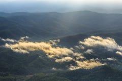 O raio de sol brilha na nuvem Imagens de Stock Royalty Free