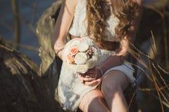 O ramalhete à disposição e vestido branco Fotografia de Stock