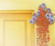 O ramalhete bonito das flores pela porta de madeira com cor macia do foco filtrou o fundo usado como o molde, estilo do vintage Imagens de Stock Royalty Free