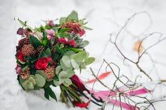 O ramalhete bonito do casamento com plantas carnudas, hortaliças e carmesins floresce na neve outdoors artwork imagem de stock royalty free