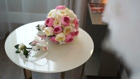 O ramalhete bonito do casamento de rosas cor-de-rosa e brancas e os boutonnieres coloridos bonitos estão encontrando-se na tabela video estoque