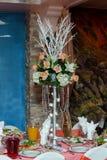 O ramalhete bonito fez as rosas brancas e as hortaliças escuras Foto de Stock