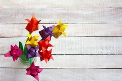 O ramalhete colorido das flores da tulipa do origâmi na parte superior de vidro do vaso vie fotos de stock royalty free