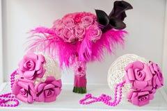 O ramalhete cor-de-rosa nupcial com dois decorou esferas Foto de Stock Royalty Free