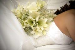 O ramalhete da flor branca suporta sobre da parte traseira da noiva Foto de Stock
