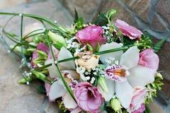 O ramalhete da noiva à moda Flor do casamento com anéis Imagens de Stock Royalty Free