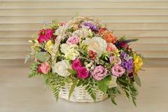 O ramalhete das flores, rosas multi-coloridas com folhas verdes está imagens de stock