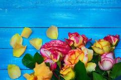 O ramalhete das rosas, rosas de florescência em um azul borrou o fundo Fotografia de Stock