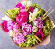 O ramalhete de peônias cor-de-rosa no branco wodden a caixa Ainda vida com flores coloridas Peônias frescas Lugar para o texto Co Foto de Stock
