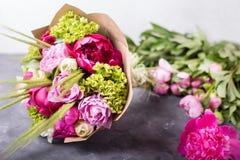 O ramalhete de peônias cor-de-rosa no branco wodden a caixa Ainda vida com flores coloridas Peônias frescas Lugar para o texto Co Fotografia de Stock
