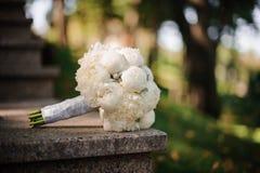 O ramalhete do casamento das peônias brancas encontra-se nas etapas de mármore Imagem de Stock