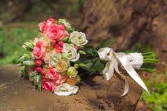 O ramalhete do casamento das rosas encontra-se no coto Imagens de Stock