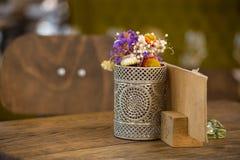 O ramalhete do outono floresce no vaso do ferro imagens de stock