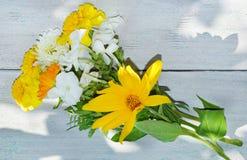 O ramalhete do verão floresce em uma tabela de madeira branca Imagem de Stock Royalty Free
