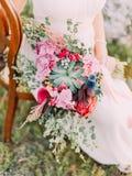 O ramalhete enorme do casamento de flores exóticas coloridas nas mãos da noiva Foto de Stock