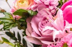O ramalhete fresco delicado de flores frescas com um cor-de-rosa aumentou Fotografia de Stock Royalty Free
