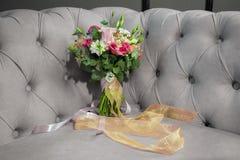O ramalhete natural bonito das flores do casamento no sofá descolorizou preto e branco fotografia de stock royalty free