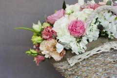 O ramalhete rústico bonito das flores na cesta de vime Imagens de Stock
