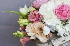 O ramalhete rústico bonito das flores na cesta de vime Imagem de Stock