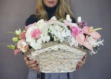 O ramalhete rústico bonito das flores na cesta de vime Fotografia de Stock Royalty Free