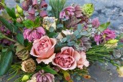 O ramalhete romântico bonito com flores diferentes e as rosas fecham-se acima fotos de stock royalty free