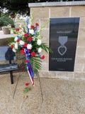 O ramalhete vermelho, branco, e azul decora o memorial do coração roxo Fotografia de Stock Royalty Free