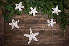 O ramo do abeto com papel feito a mão das decorações do Natal stars no ru Fotografia de Stock